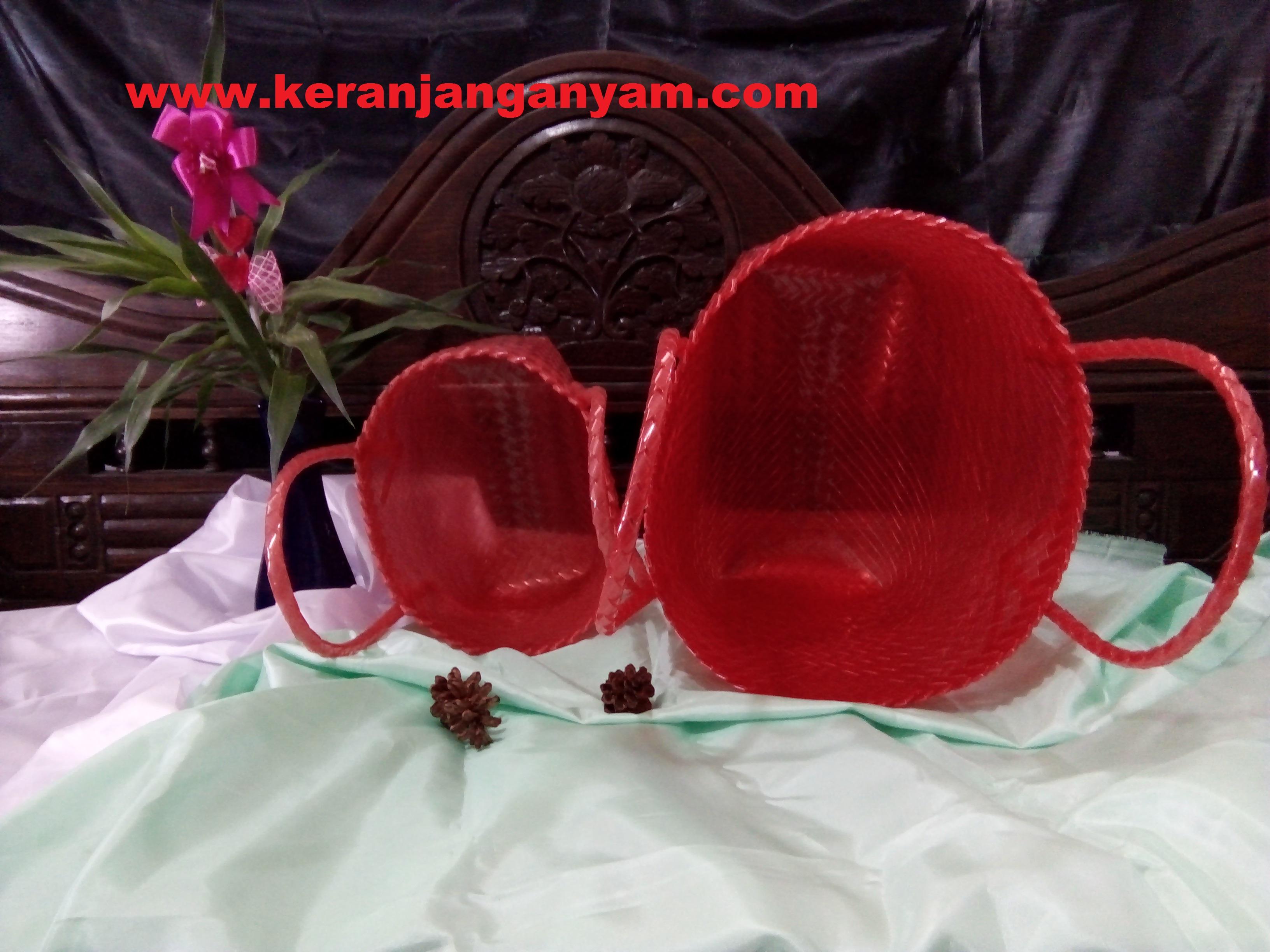 Keranjang anyaman plastik merah