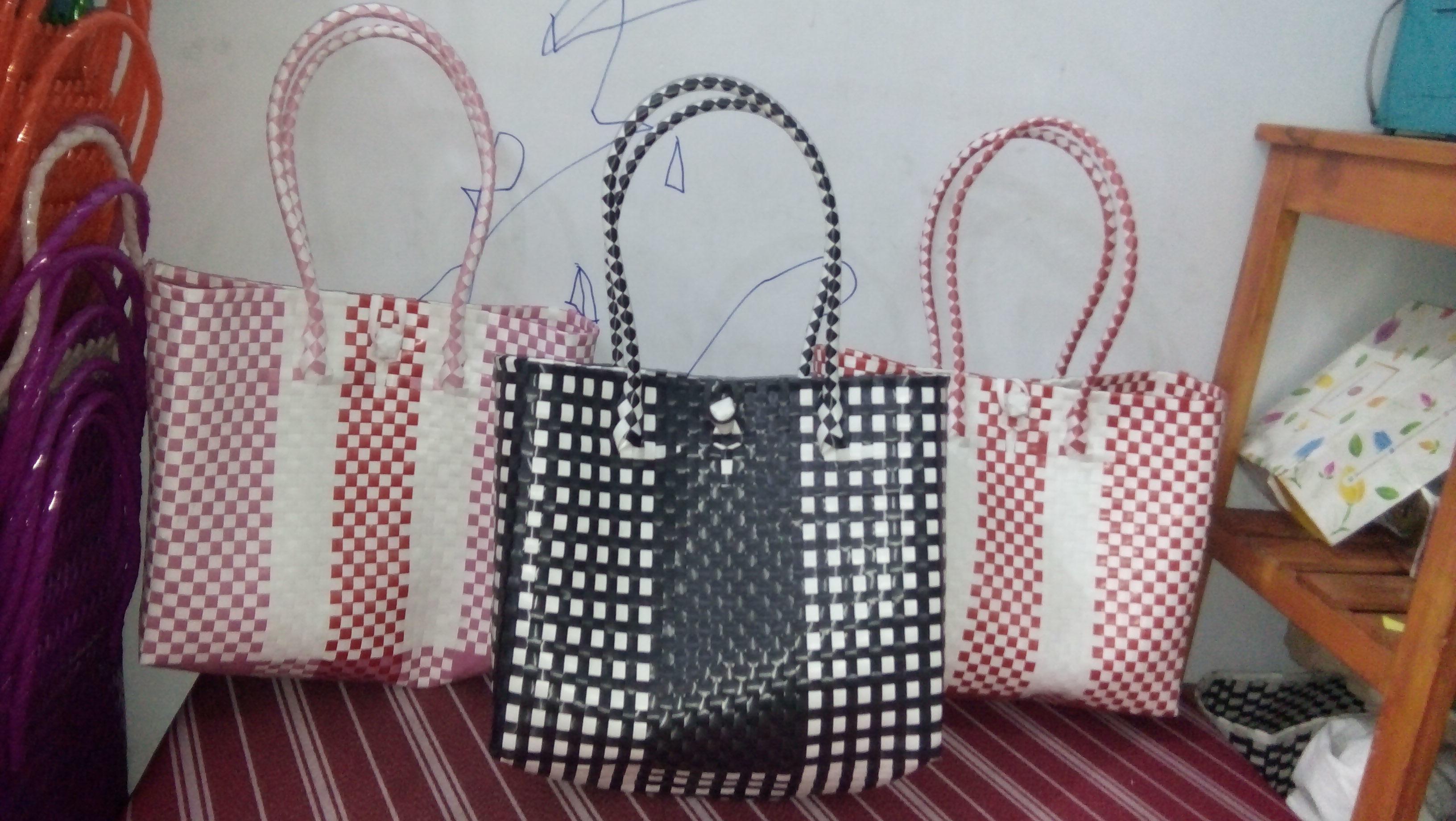 Tas warna hitam putih